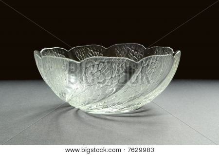 Glass bowl with sculpture pattern