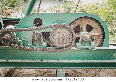 Transmission of steel chain Set a monster drive chain and contaminated soil.