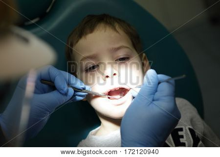 Child has first visit to a dentist