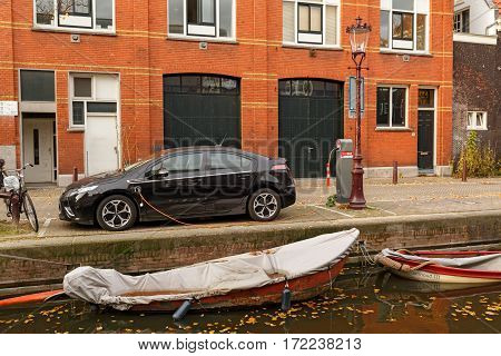 AMSTERDAM/ THE NETHERLANDS - OKTOBER 25. Electric drive car charging on the canal embankment on Oktober 25, 2015 in Amsterdam, The Netherlands.