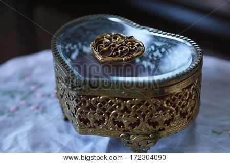 Scene of the jewel case of the form of the heart on the table