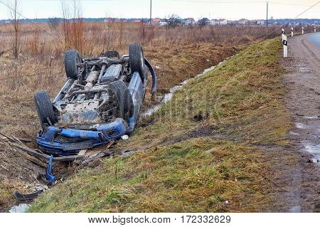 car upside down on the roof fell into the ditch