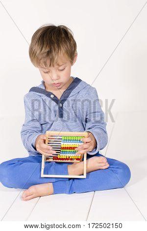 Junge Mit Rechenmaschine