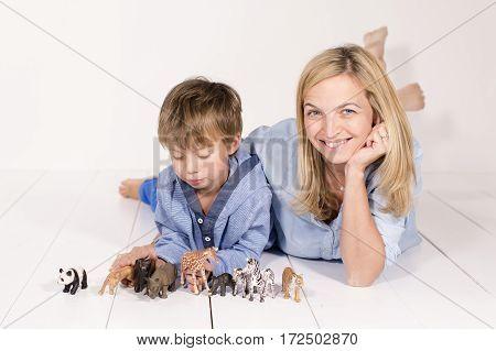 Mutter Und Junge Mit Spielzeug Tieren