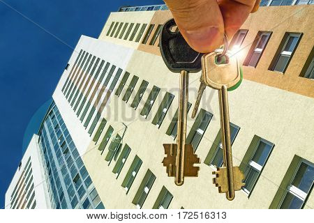 The keys to the apartment in the background of a new residential homes . The concept of changes in prices on the real estate market