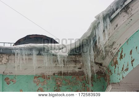 Dangerous large icicles in a house roof