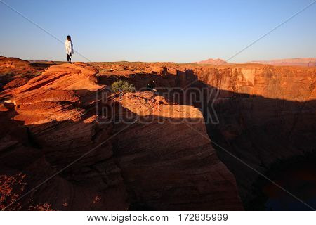 Sunrise overlooking the edge of Horseshoe Bend, Page, Arizona