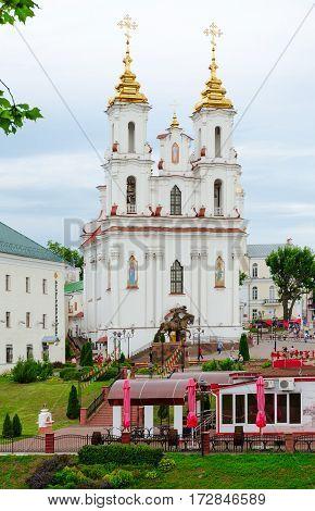 VITEBSK BELARUS - JULY 13 2016: View of Voskresenskaya (Rynkovaya) Church monument to Lithuanian Grand Duke Olgerd cafe