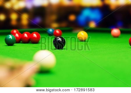 snooker - aim the cue ball. focus on black ball