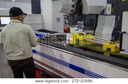 Worker Operate Long Travel Cnc Milling Machining Center