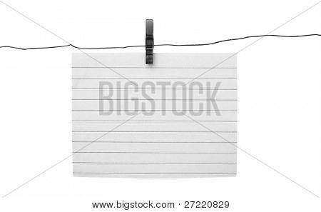 leeres Blatt Papier hängen Wäscheleine auf Himmel Hintergrund