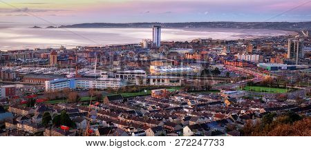 Editorial Swansea, Uk - December 04, 2018: Daybreak And Early Morning Traffic At Swansea City And Th