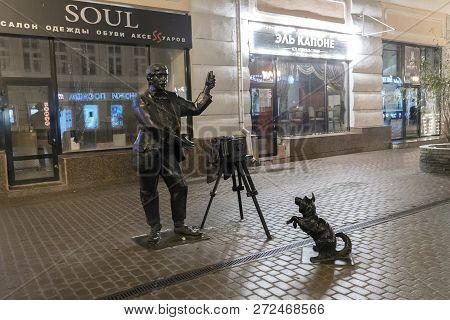Nizhny Novgorod, Russia - November 02.2015. Monument To The Photographer On Bolshaya Pokrovskaya Str