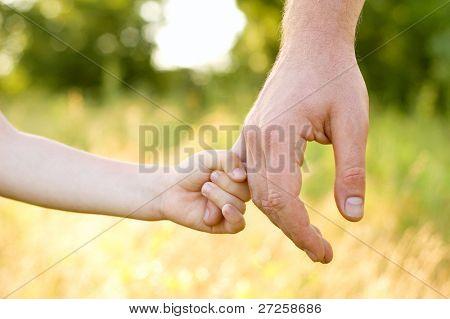 Vertrauen Familie Hände Kind Sohn und Vater auf Weizen Feld Natur