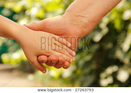 manos de carácter familiar al aire libre