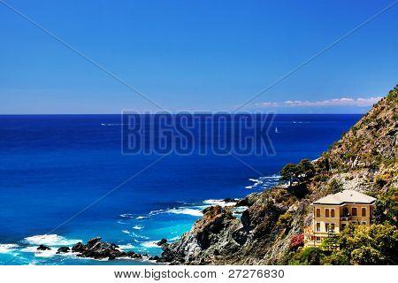 Strand met zicht op Middellandse Zee in Levanto in Italië