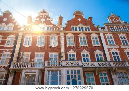 London, Uk - August 25, 2017: Residential Aria Of Kensington And Chelsea. Cadogan Gate With Row Of P