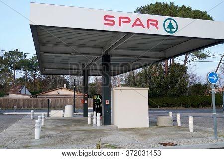 Bordeaux , Aquitaine / France - 01 15 2020 : Spar Supermarket Brand Company Logo Sign Gas Service St