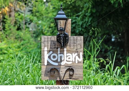Location Signs In Koh Larn Chonburi, Wooden Floors Painted In White With Lamps And Patterns Decorate