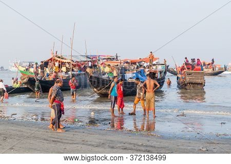 Dublar Char, Bangladesh - November 14, 2016: Hindu Pilgrims On Their Boats During Rash Mela Festival