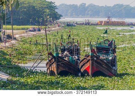 Katcha, Bangladesh - November 19, 2016: Wooden Boats And Chrkhali Charkhali Ferry Terminal On Katcha