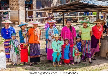 Naung Peng, Myanmar - November 30, 2016: Local Colorfuly Clothed People At The Train Station In Naun