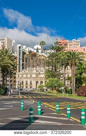 Santa Cruz De La Palma, Spain - November 12, 2019: Boulevard Avenida Maritima With The Building Of T