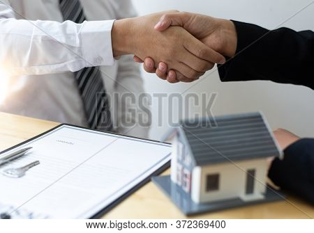 The Property Manager Shake Hands With Congratulations On The Customers Who Bought The House With Ins