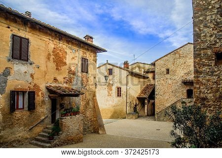 Abbadia A Isola (siena), Italy - 05 13 2006: A Timeless Old Village Built Next To A Medieval Fortifi