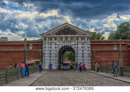 Saint Petersburg, Russia -18.06.2018: Ioannovsky Bridge To The Peter And Paul Fortress In Saint-pete