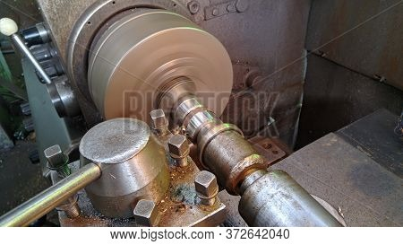 Using A Metal Processing Lathe Knife On A Lathe, Turning Knives Turning Work According To Plan.