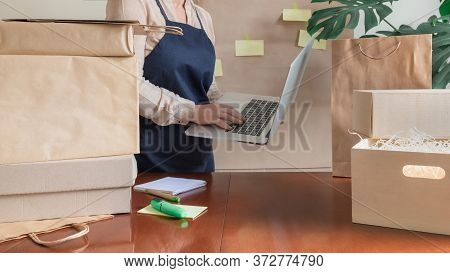 Worker Delivery Service Packing Bag Box Laptop Pc Online Packer Post Note