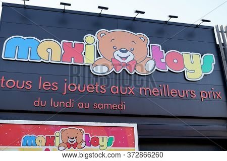 Bordeaux , Aquitaine / France - 12 04 2019 : Maxitoys Sign Logo Store Maxi Toys French Shop Group Lo