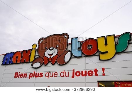 Bordeaux , Aquitaine / France - 01 15 2020 : Maxi Toys Sign Logo Shop Maxitoys French Store Group Lo