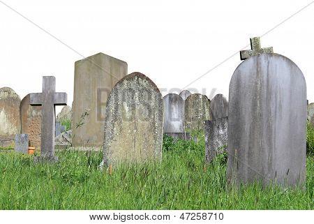 Gamla gravar på kyrkogården isolerad på vit bakgrund med kopia utrymme.
