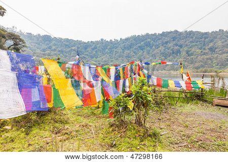 Buddhistische Flaggen am heiligen See
