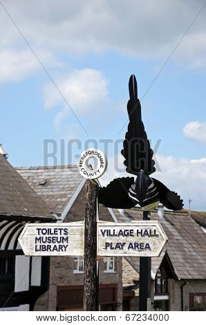 Magpie sculpture and fingerpost, Weobley.