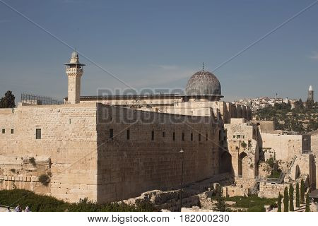 Al-aksa mosque located on the Temple Mount of Jerusalem Is the third shrine of Islam