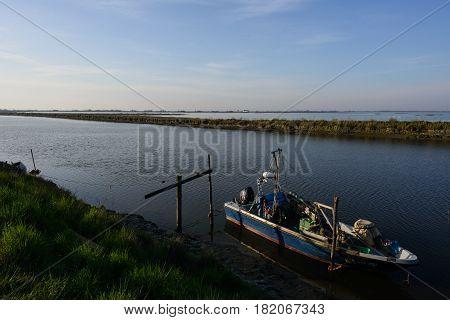 Paesaggio delle valli di Comacchio con imbarcazione da pesaca