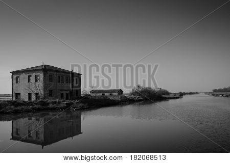 Edificio della vecchia salina di Comacchio vista dal Canale Logonovo (Bianco e nero)
