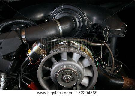 Der Motor eines Sportwagens in einer Nahaufnahme