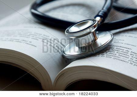 estetoscopio sobre una pila de libros