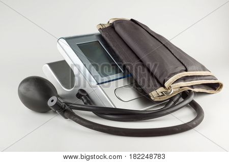 Automatic device for measuring blood pressure in humans