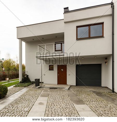 Modern Detached House With Cobbled Driveway