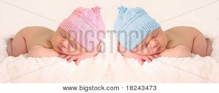 Pasgeboren baby's in roze en meisje gebreid hoeden.