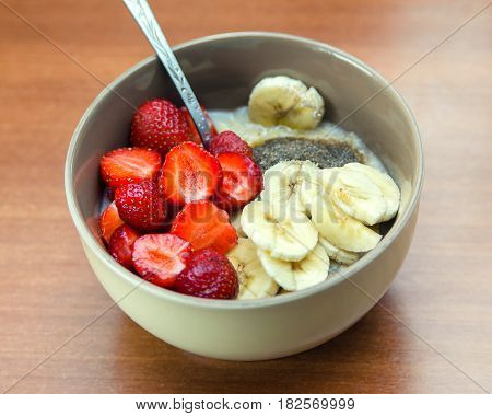 Oatmeal with fruits and bran. Halthy diet