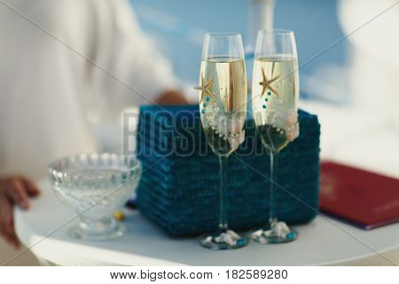 Champagne flutes decorated with pearls and sea stars