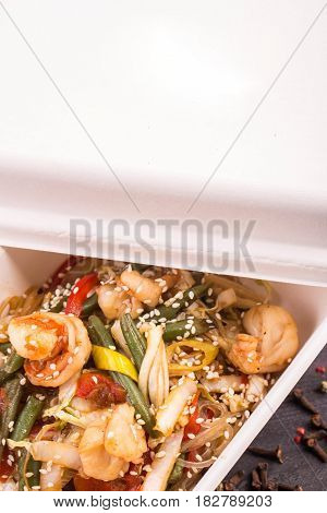 Asian rice noodles, shrimps, sauce, haricot Kenyan, soy sprouts, sweet pepper and Chinese cabbage