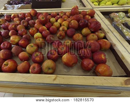 Fresh red apples lie on store shelves
