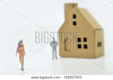 Women Is Leaving Her Man And House